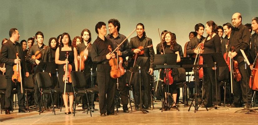 les musiciens de l'orchestre sont debout lors du salut final avec sabine Diaz